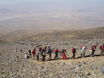 Kolona na usponu prema drugom logoru, na oko 4000 m