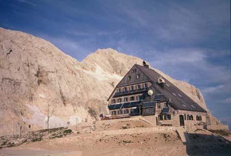Dom na Kredarici i Triglav u pozadini